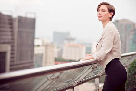 Image d'une jeune femme d'affaires reposant à l'extérieur Banque d'images