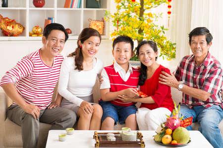 Portrait d'une grande famille asiatique de célébrer le Nouvel An chinois ensemble à la maison Banque d'images