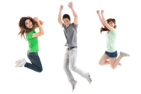 흰색 배경에 대해 정력적으로 점프하는 젊은 사람들