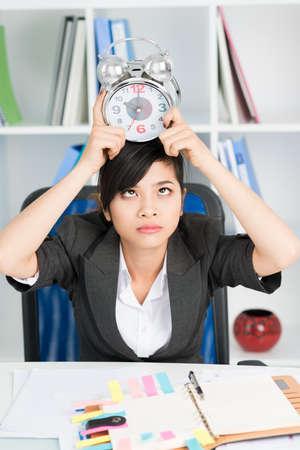 Unavená asijské podnikatelka drží poplach na hlavě