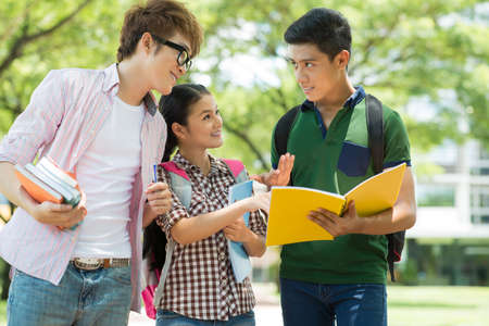 彼らの友人に何かを説明する学生のイメージ