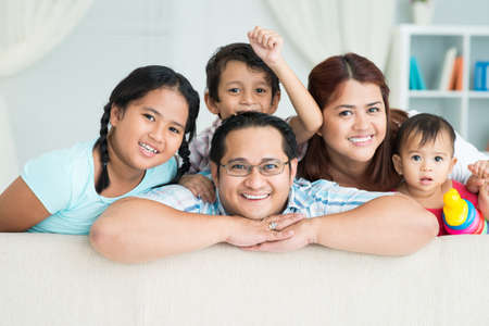 一緒にカメラにポーズをとって幸せな家族の肖像画 写真素材