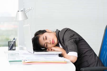 gente durmiendo: Asian woman sleeping on her laptop
