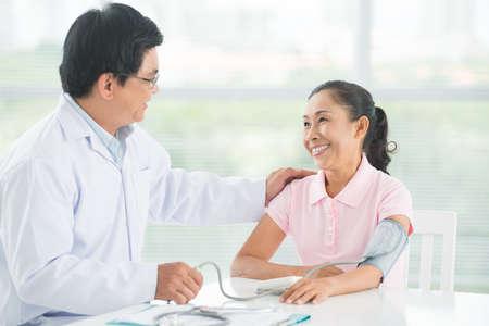 클리닉에서 의료 검진을받는 기쁜 환자의 이미지 스톡 콘텐츠