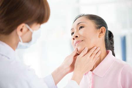 endocrinologist의 검사를 포 그라운드에서 데 수석 환자의 이미지