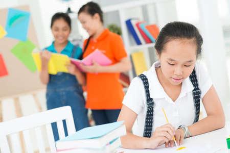 diligente: Un adolescente que sostiene un cepillo en la clase de arte en el primer plano
