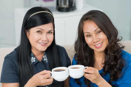 Portret van twee charmante dames in hun vijftiger jaren het drinken van thee