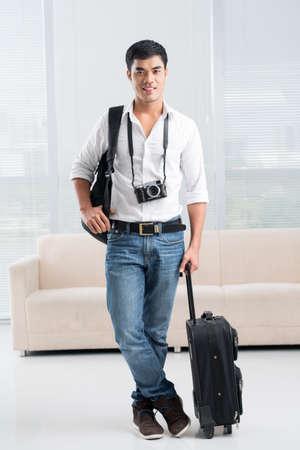 Ritratto integrale di un giovane viaggiatore con l'attrezzatura