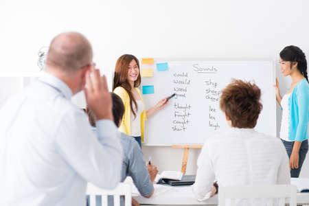 Azjatyccy ucznie uczy się języka angielskiego przy klasą