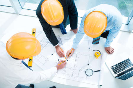 Imagen de constructor trabajadores esbozar juntos en el primer plano visto abajo Foto de archivo - 66516167