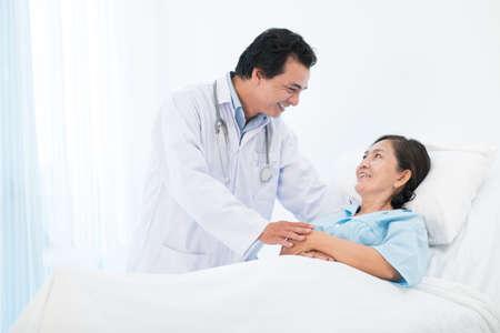 Imagen con copia de un médico que consuela a su paciente mayor en el hospital