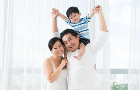 미소하고 카메라를 찾고 귀여운 작은 소년 재미있는 가족의 복사 - 공간이 세로