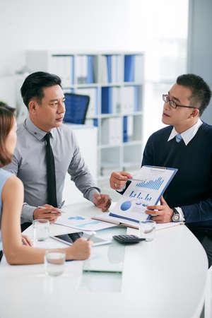 Finanzmanager erklären Business-Diagramm auf Mitarbeiter bei der Sitzung