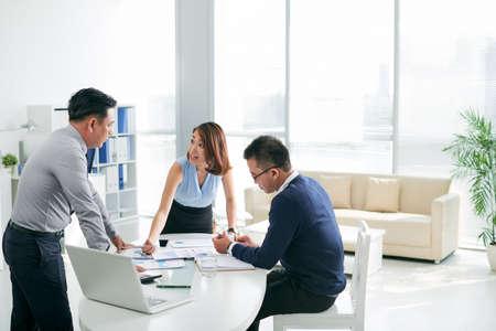 사무실에서 서류 작업을하는 아시아계 비즈니스 파트너 스톡 콘텐츠