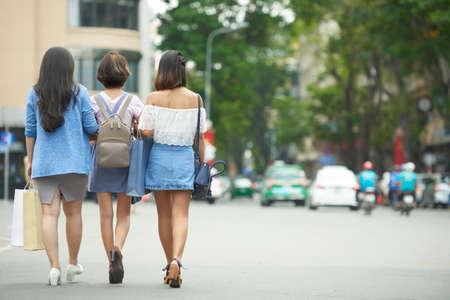 mujeres de espalda: amigos deambulación