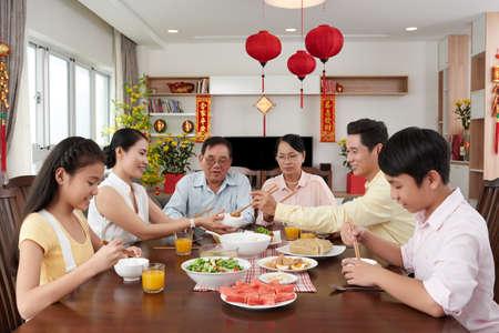 Familiebijeenkomst diner voor Tet viering thuis Stockfoto