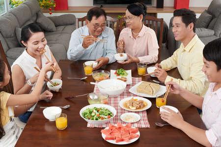 Grote Aziatische familie genieten van traditionele gerechten voor Tet-viering Stockfoto