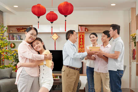 Familia asiática se reunió para celebrar el Año Nuevo chino en el hogar Foto de archivo