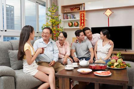 Gelukkige Aziatische familie thuis in het Chinees Nieuwjaar