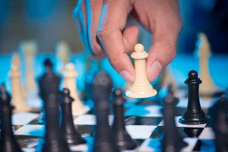 jugando ajedrez: Close-up of hand playing chess
