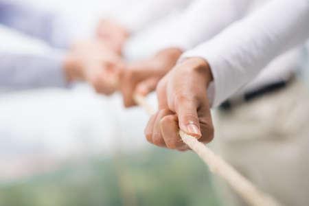 Immagine del concetto di squadra di affari con una corda, come un elemento del lavoro di gruppo in primo piano