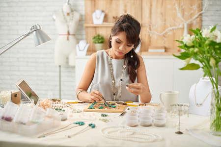 Fabrication de bijoux Banque d'images - 70873402