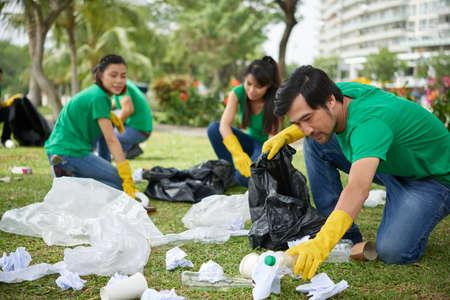 Aziatische man die milieu verzorgt