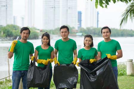 Gente asiatica con sacchetti di immondizia Archivio Fotografico
