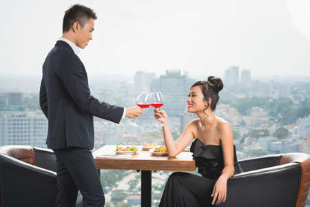 Young couple having luxury romantic date at a restaurant Imagens