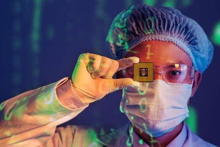彼の眼の代わりにマイクロ チップの若いコンピューター エンジニアのクローズ アップの肖像画