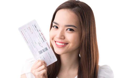 Gelukkige Aziatische vrouw met een instapkaart