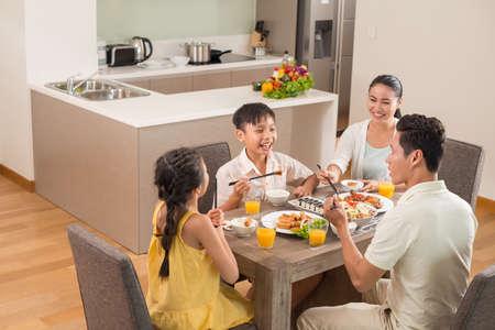 アジア家族の台所で一緒に食事