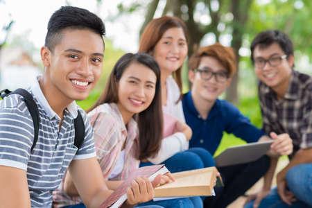 陽気な級友の背景に笑みを浮かべてベトナム学生の肖像画