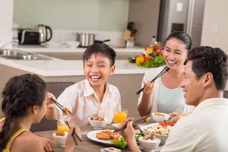 家族との夕食で楽しいアジアの人々