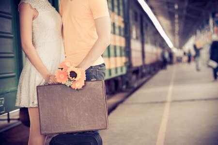 駅で彼氏に別れのキスを与える少女のトリミングされた画像 写真素材