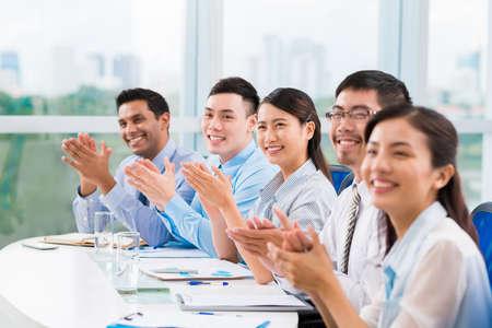 会議で拍手ビジネス人々 の笑顔 写真素材