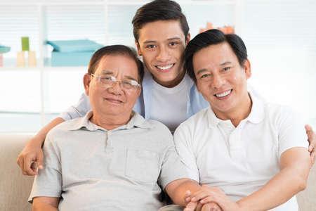 アジアの祖父、父と息子が一緒に接着の肖像画