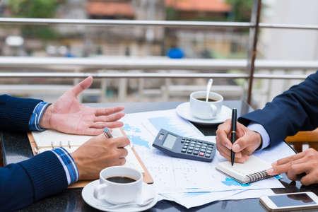 Kadrowany wizerunek ludzi biznesu analizujących dokumenty finansowe