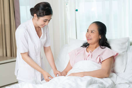 Infirmière préparant un patient pour la procédure IV Banque d'images - 73050978