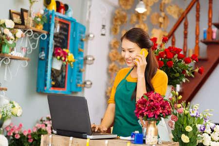 Blumenmädchen, das eine Bestellung entgegennimmt Standard-Bild