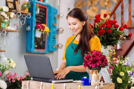 počítač: Majitel květinářství Reklamní fotografie