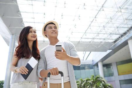 Młoda Wietnamska para w lotniskowym czekaniu dla odjazdu Zdjęcie Seryjne