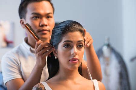 Salon de coiffure asiatique faisant coiffure pour jolie fille au salon Banque d'images