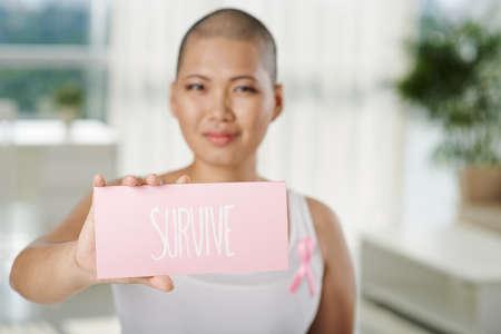 Die Frau, die unter Brustkrebs zeigt Platte mit überleben, Aufschrift