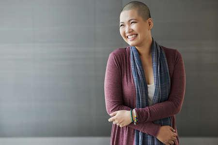 Portret van gelukkige Vietnamese overlevende van borstkanker