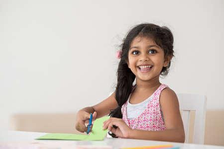 Portret van een glimlachend schattig klein meisje Stockfoto