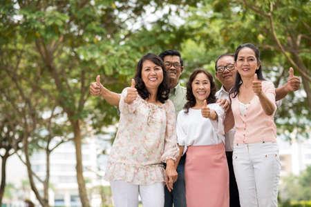 Alegre vietnamita personas mayores que muestran thumbs-up Foto de archivo - 73494771
