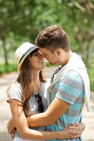 couples hug: Happy young couple in love ready to kiss