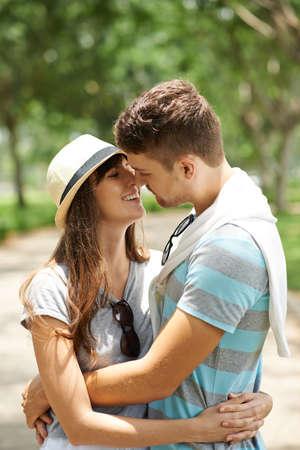parejas romanticas: joven pareja feliz en el amor listo para besar