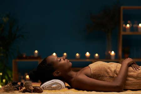 Seitenansicht der Frau, die Aromatherapiebehandlung im Badekurortsalon hat Standard-Bild